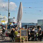 Terraza de bar en la plaza del Mercado de Helsinki