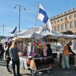 Puesto de souvenirs en la plaza del Mercado de Helsinki