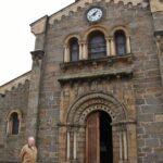 Portada con elementos románicos de la Iglesia de Santa Eulalia de Ujo en Asturias