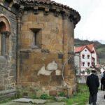 Antiguo ábside de la antigua Iglesia románica de Santa Eulalia de Ujo en Asturias