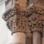 Columnas románicas en el interior de la Iglesia de Santa Eulalia de Ujo en Asturias