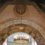 Decoración románica sobre el ábside de la Iglesia de Santa Eulalia de Ujo en Asturias