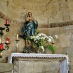 Altar en el antiguo ábside de la Iglesia románica de Santa Eulalia de Ujo en Asturias