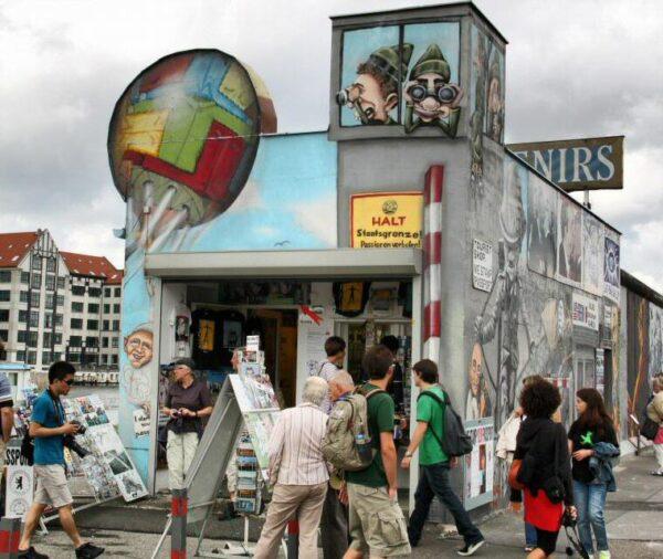 Tienda de souvenirs en el Muro East Side Gallery en Berlín