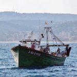 Barco pesquero llegando al puerto de Palamós en Bajo Ampurdán
