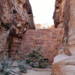 Muro de contención de aguas en el desfiladero Siq de Petra en Jordania