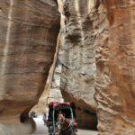 Calesa en el desfiladero Siq de Petra en Jordania