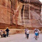 Barrenderos en el desfiladero Siq de Petra en Jordania