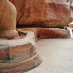 Canal de agua en el desfiladero Siq de Petra en Jordania