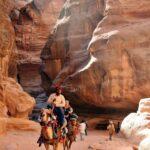 Paseo en dromedario por el desfiladero Siq de Petra en Jordania