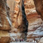 Muy estrecho tramo del desfiladero Siq de Petra en Jordania