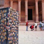 Venta de souvenirs ante el Tesoro de Petra en Jordania