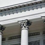 Columnas clásicas en la fachada de la Catedral de Helsinki