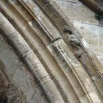 Curiosillo en el Pórtico de la Abadía de Conquesal sur de Francia