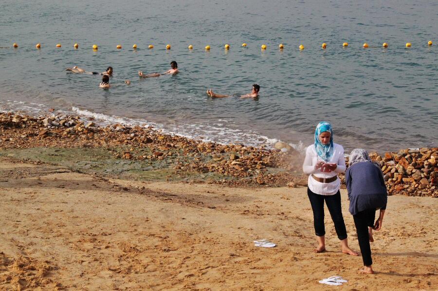 Bañarse en el Mar Muerto en Jordania