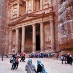 Turistas contemplando la fachada del Tesoro de Petra en Jordania