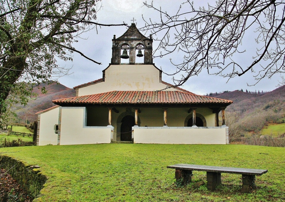 Iglesia de San Vicente Serrapio en la Montaña Central de Asturias