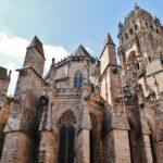 Fachada oeste de la catedral gótica de Rodez al sur de Francia