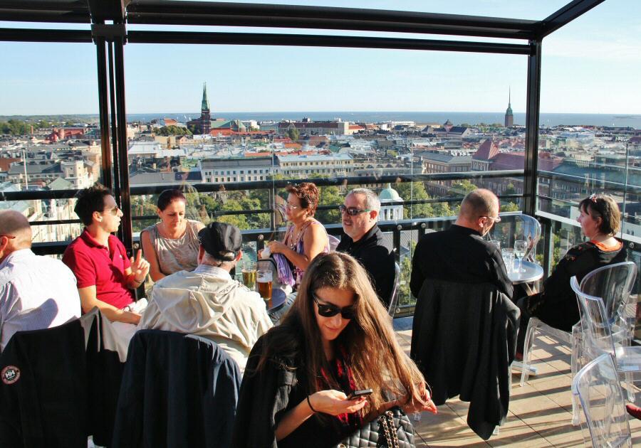 Terraza del hotel Torni en Helsinki