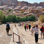Vía de entrada al recinto de Petra en Jordania