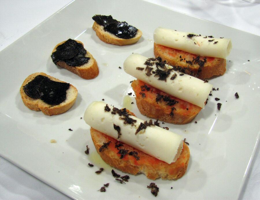 Montaditos de queso y trufa - Rest Novella de Benassal
