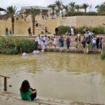 Bautismos en el río Jordán en Betania