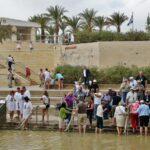 Bautismos en el lado israelita del río Jordán en Betania