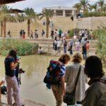 Turistas en la orilla jordana del río Jordán en Betania