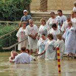 Bautismos de judíos ortodoxos en el lado israelita del río Jordán
