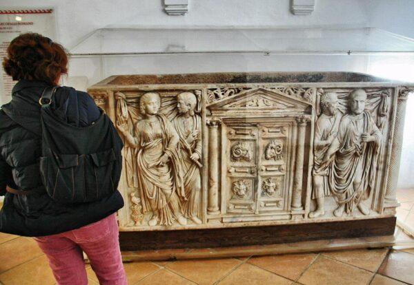 Sarcófago romano en el Alcázar de los Reyes Cristianos en Córdoba