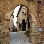 Arco de entrada a La Mola en Benasal en Alto Maestrazgo de Castellón