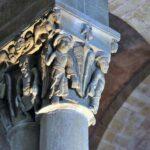 Capitel románico en la Abadia de Conques en Aveyron al sur de Francia