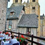 Terraza de restaurante en pueblo medieval de Conques