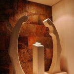 Esculturas artesanales de piedra en pueblo medieval de Conques al sur de Francia