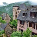 Castillo de Humieres en pueblo medieval de Conques en Aveyron al sur de Francia