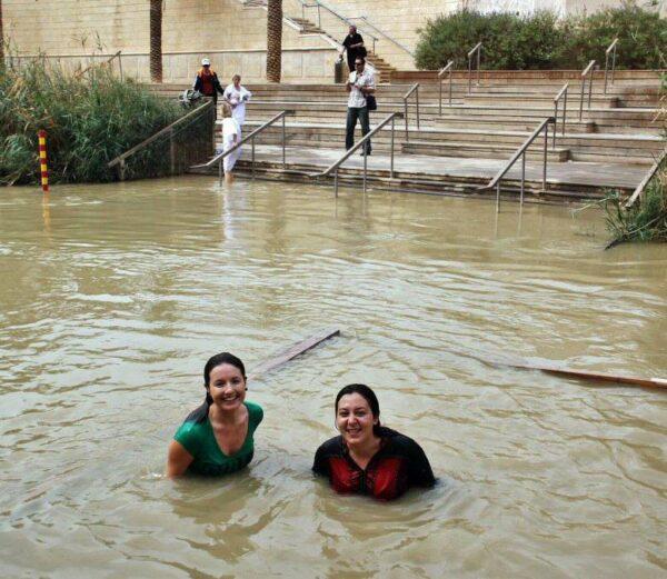 Doris y Cristina tras el bautismo en el río Jordán en Betania
