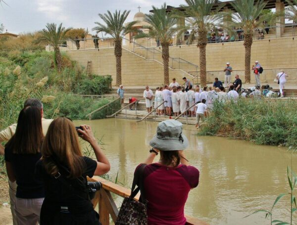 Bautismos en el río Jordán en Betania en Jordania