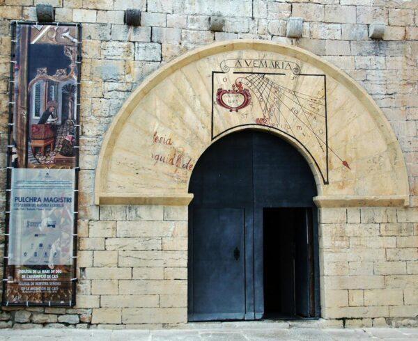 Reloj de sol en la entrada de la iglesia de Catí en Alto Maestrazgo de Castellón