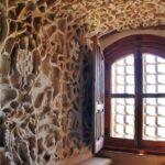 Decoración en ventana del castillo de Belmonte en Cuenca