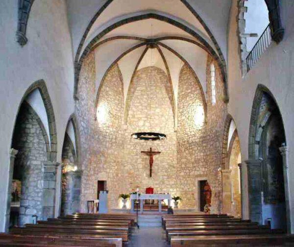 Interior de la iglesia de Castell de Aro en el Ampurdán Costa Brava
