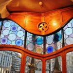Decoración en ventanal de la Casa Batlló de Gaudí en Barcelona
