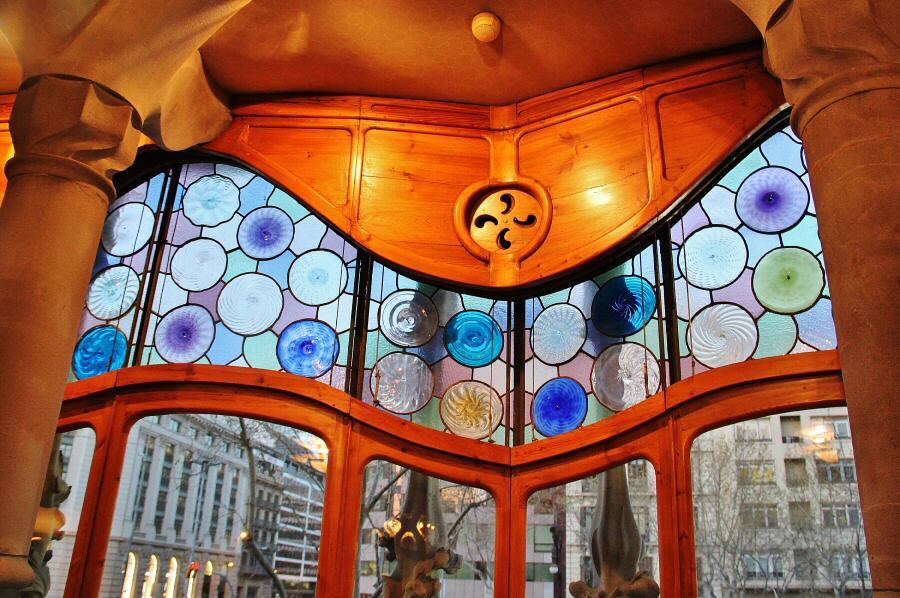 Decoración en ventanal de la Casa Batlló de Gaudí en Barcelona ...