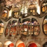 Vista nocturna de la fachada de la Casa Batlló en Barcelona