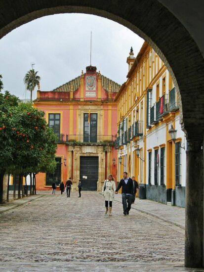 Patio de Banderas en Barrio de Santa Cruz de Sevilla