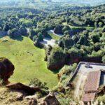 Recinto de los leones en el parque de Cabárceno en Cantabria