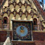 Reloj en el antiguo ayuntamiento de Wroclaw en Polonia