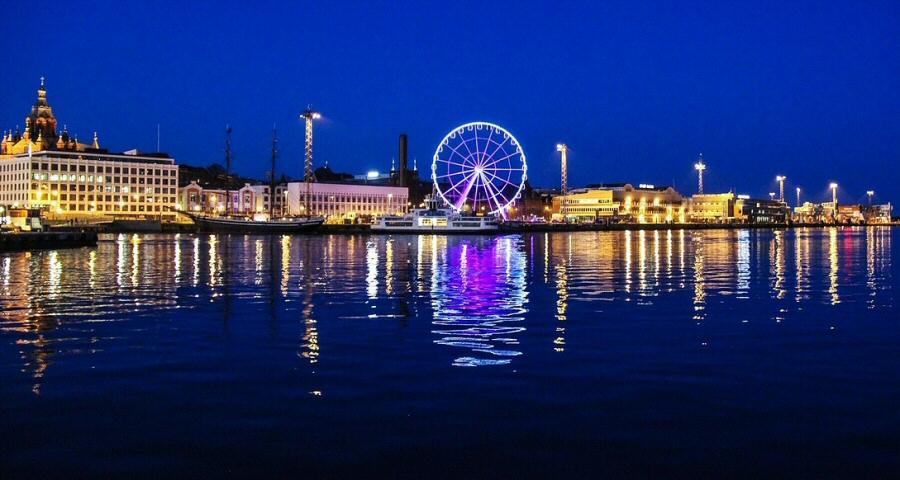 Nueva noria gigante en el puerto de Helsinki en Finlandia
