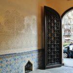 Esgrafiados y cerámicas en el entrada del Palau Macaya