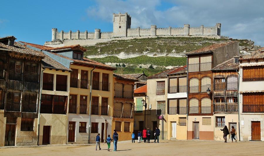 Plaza del Coso con el castillo de Peñafiel al fondo