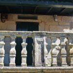 Balcón de piedra en una casa de Combarro en las Rías Bajas de Galicia